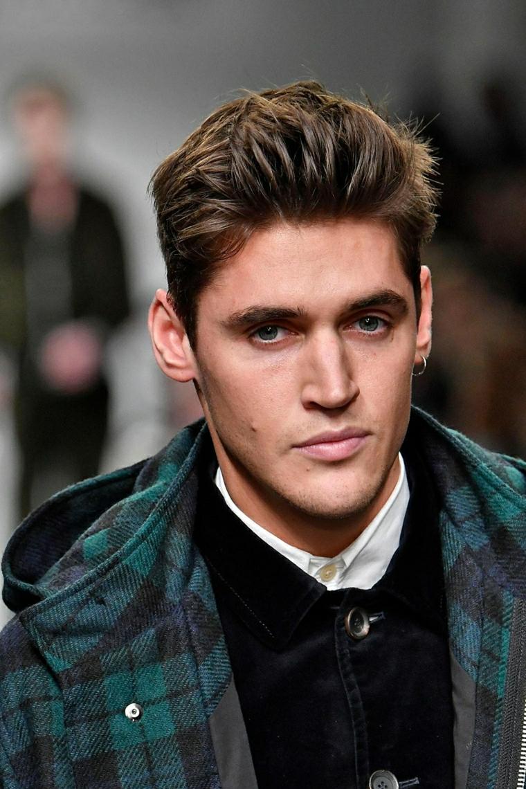 Taglio capelli ragazzo 2020, uomo con capelli biondi corti ai lati, ragazzo con orecchini