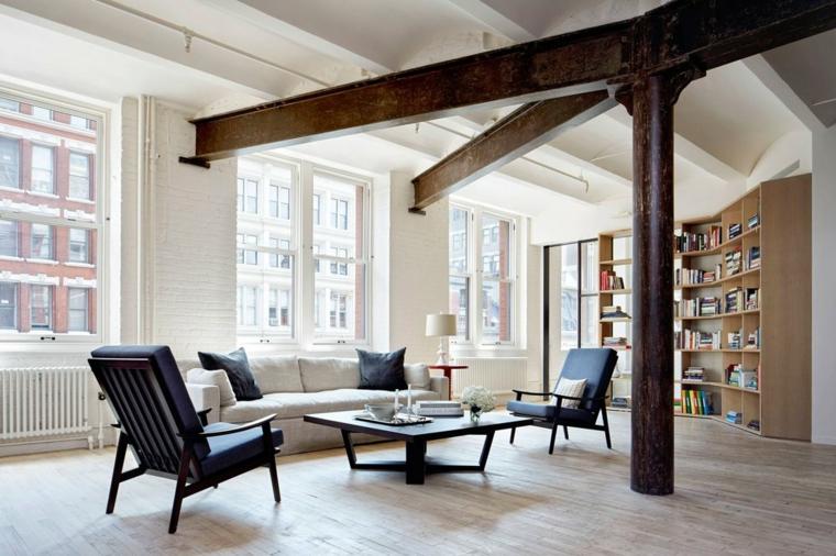 Soggiorno con colonne e travi di legno, divano e tavolino basso, pavimento in legno parquet