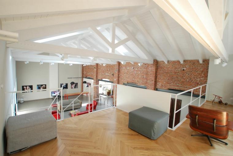 Appartamento con soppalco, soppalco con pavimento in legno, parete con mattoni a vista