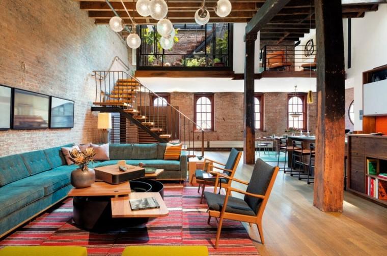Loft con soppalco e scale interne, soggiorno con divano angolare e tavolino a strati