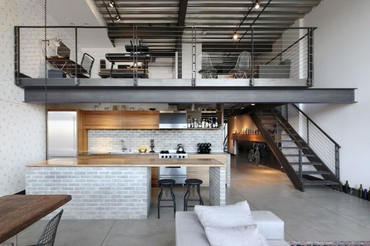 Open space con soppalco, cucina con isola centrale, appartamento loft con scale interne