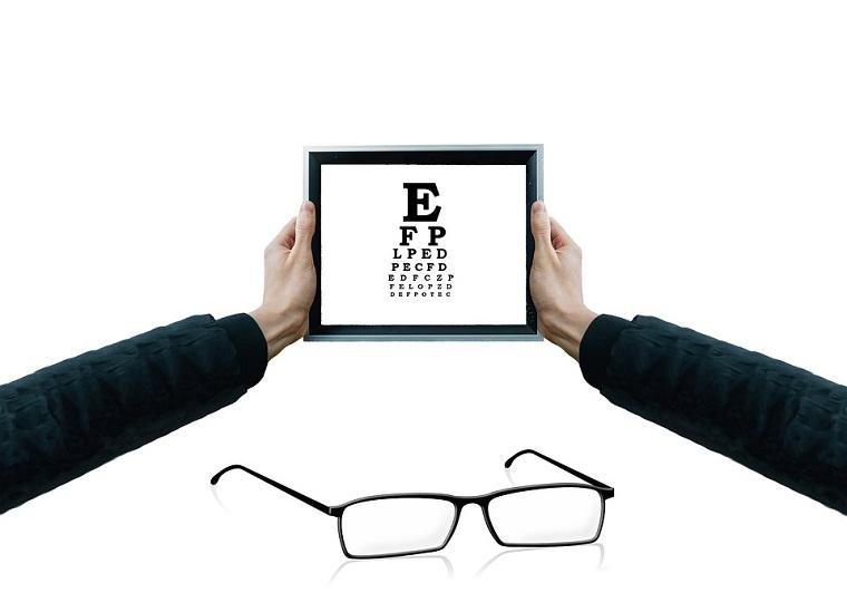 Tablet con lettere in mano di un uomo, montatura di occhiali da vista da uomo