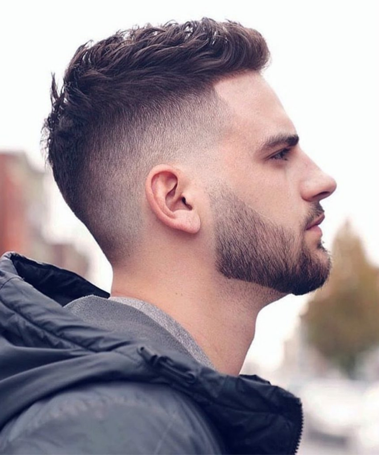 Ragazzo con viso di profilo e barba, come tagliare i capelli corti, uomo con giacca invernale