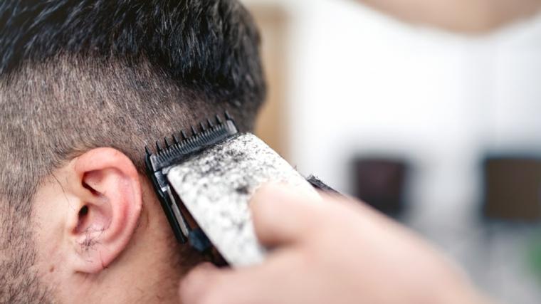 Tagliare i capelli con macchina tagliacapelli, come si tagliano i capelli, acconciatura rasata ai lati