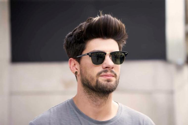 Ragazzo con barba corta e occhiali da sole, come tagliare i capelli uomo a casa