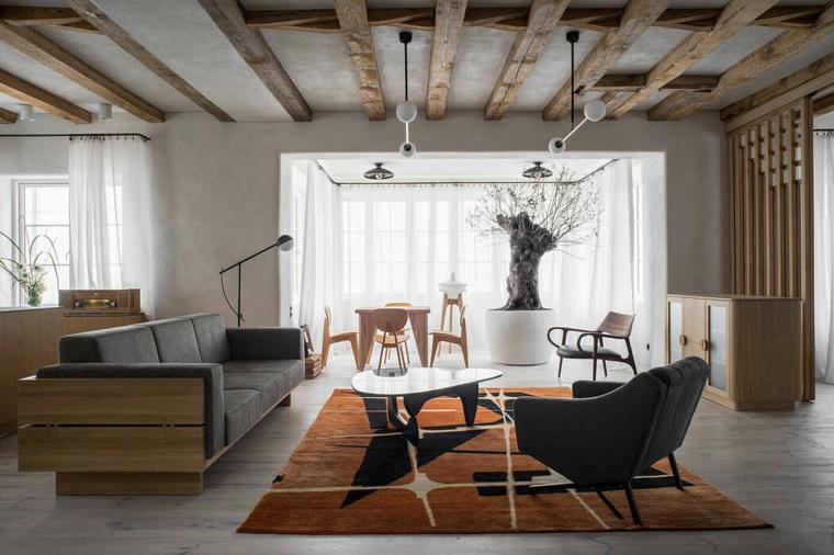 Soggiorno con divano in legno, soffitto con travi di legno, ambiente open space