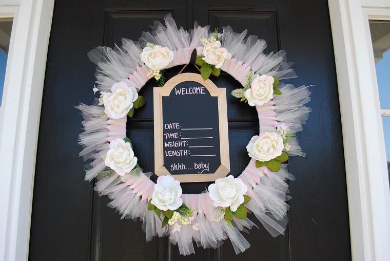 Coccarda nascita, porta d'ingresso con cerchio di legno decorato con tulle e lavagnetta