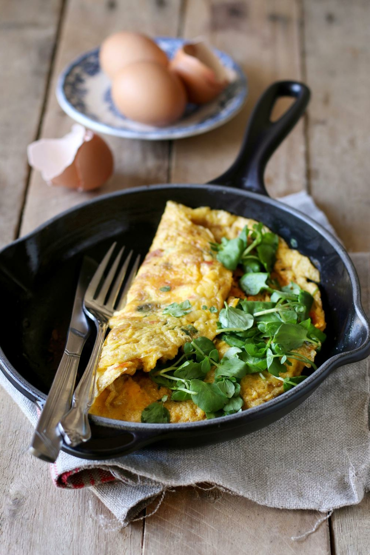 omelette cena veloce senza carne frittata uova verdura padella cucchiaio