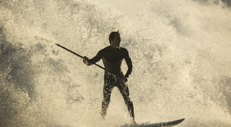 stand up paddling uomo pagaia onde mare acqua sport acquatico