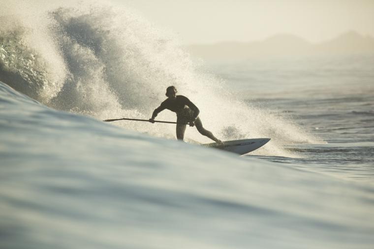 stand up paddling uomo tavolo surf pagaia onde mare sport acquatico