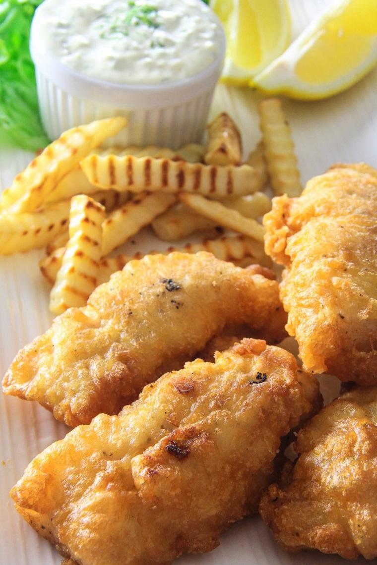 antipasti di pesce veloci ed economici filetti merluzzo fritti salsa yogurt patatine fritte