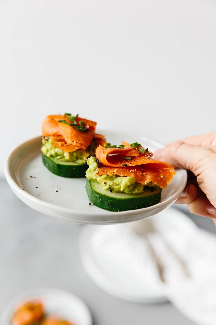 antipasti sfiziosi da fare in anticipo apericena rondelle cetriolo salmone affumicato guacamole avocado