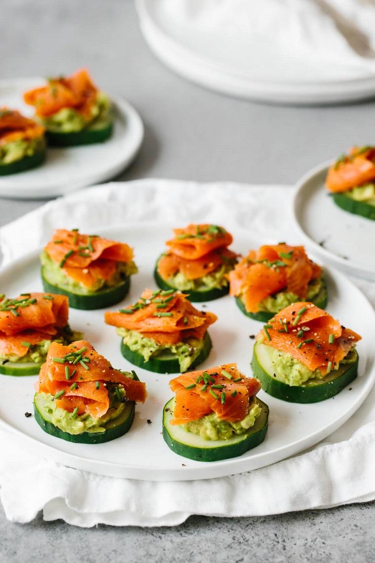 antipasti sfiziosi da fare in anticipo salmone affumicato rondelle cetriolo guacamole avocado