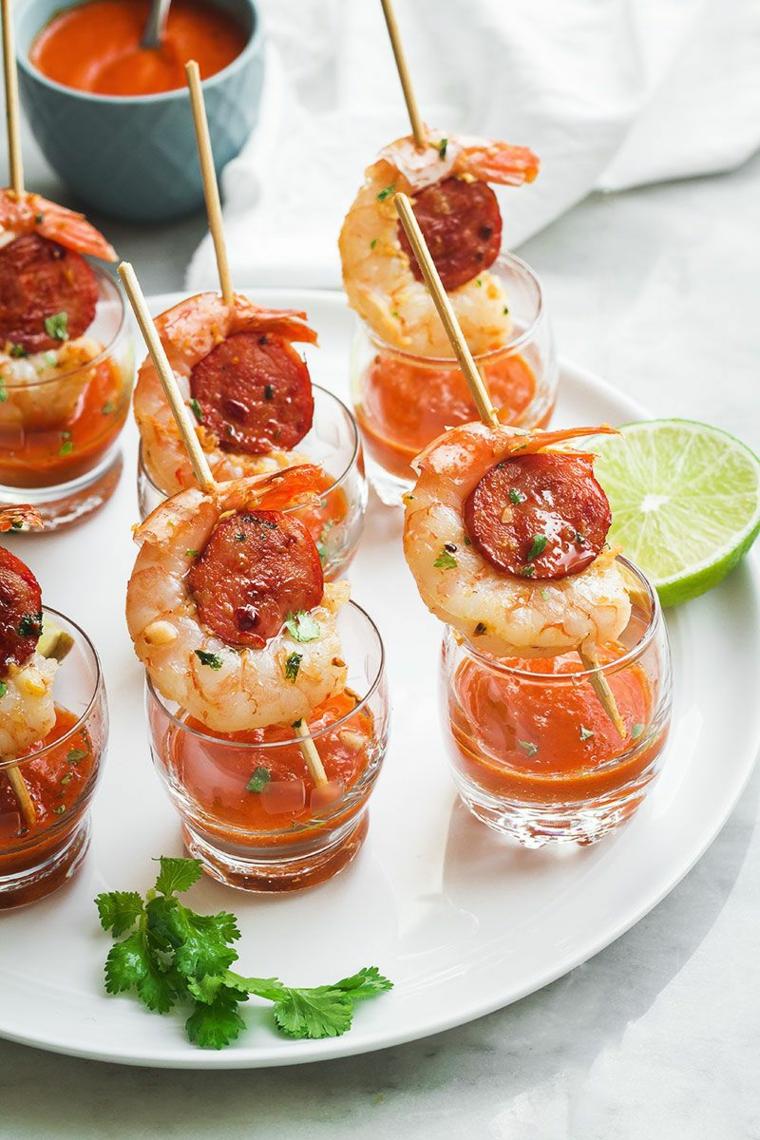 antipasto apericena bicchieri salsa cocktail gamberetti salame choriso lime prezzemolo