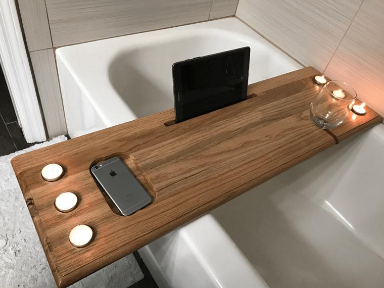 Oggetti in legno fai da te, mobile in legno con portacandele e tablet da vasca