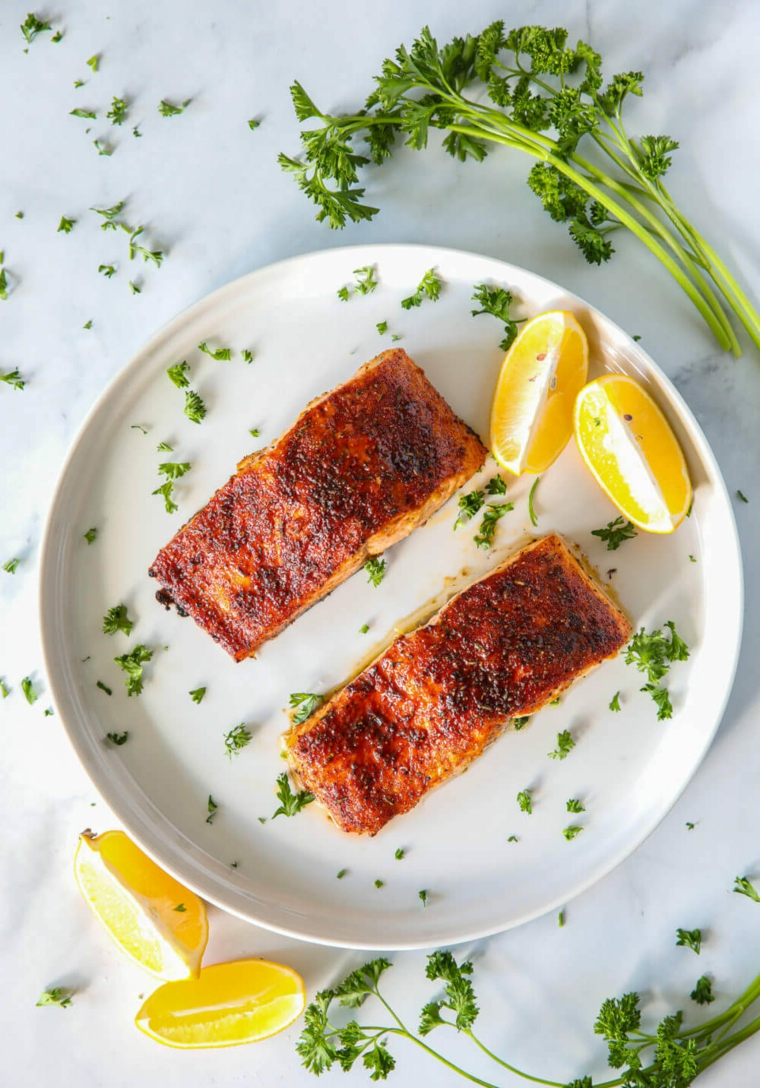 cena sfiziosa filetti salmone forno piatto condimento limone prezzemolo