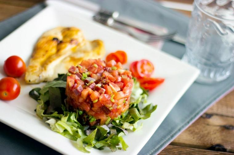 cena veloce e appetitosa tartare pomodoro verdure pomodorini lattuga filetto di pollo