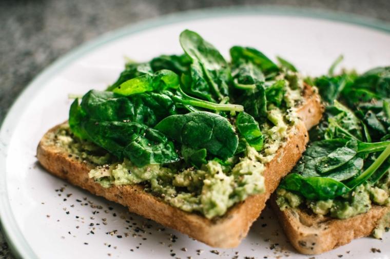 cena veloce e appetitosa toast guacamole spinaci verdure condimento pepe nero