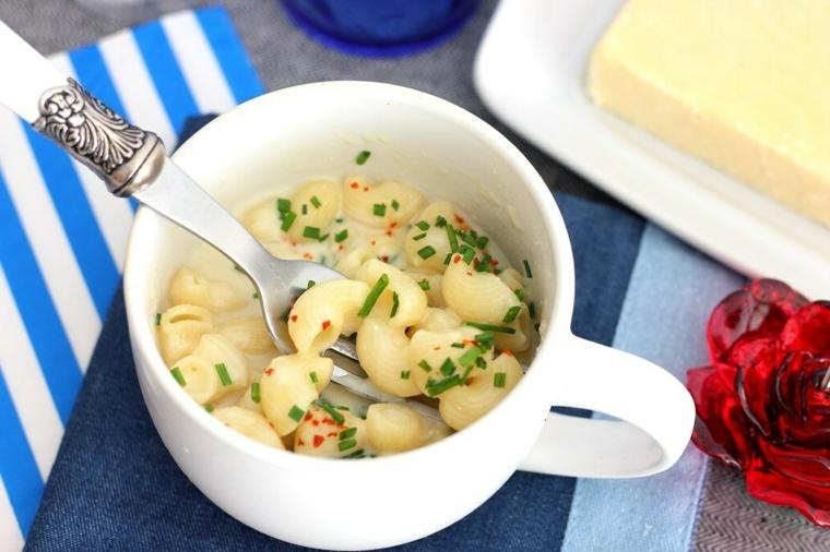 cena veloce senza arne tazza pasta conchigliette formaggio erbette fresche