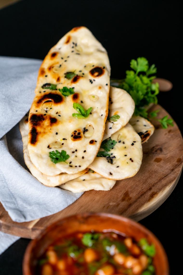 ciotola fagioli salsa pomodoro stuzzichini veloci per aperitivo in casa pane indiano naan
