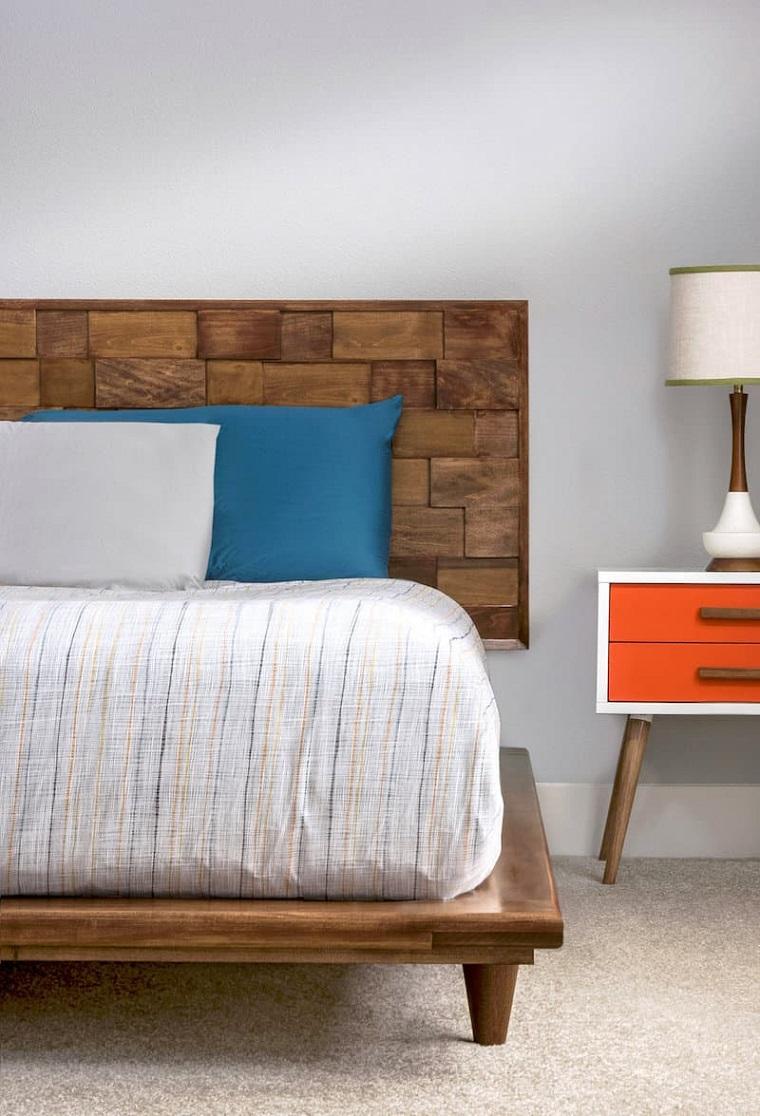 Testiera letto matrimoniale in legno, camera da letto con comodino e lampada