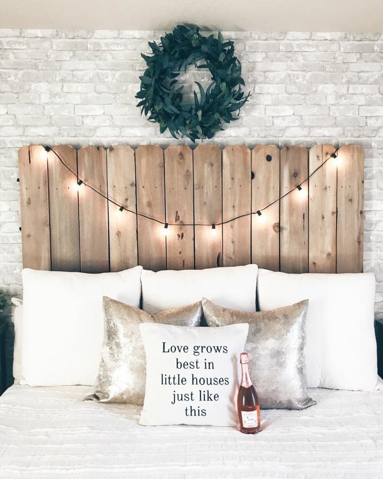 Testiera letto fai da te, testata del letto in pallet, testata decorata con fili di luci