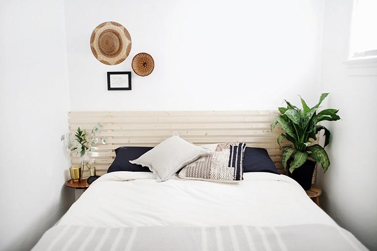 Camera da letto con due comodini, testata del letto di legno, come rivestire una testata del letto