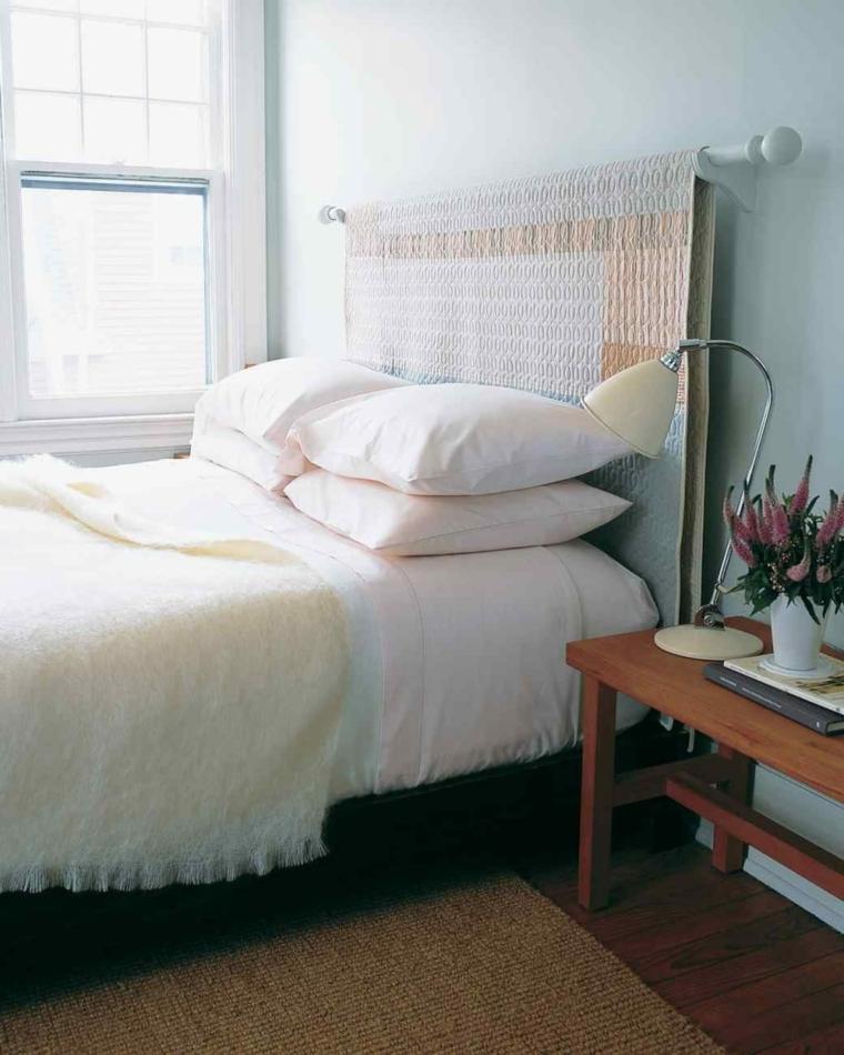 Tavolino di legno con vaso di fiori, testata letto con coperta, come rivestire una testata del letto