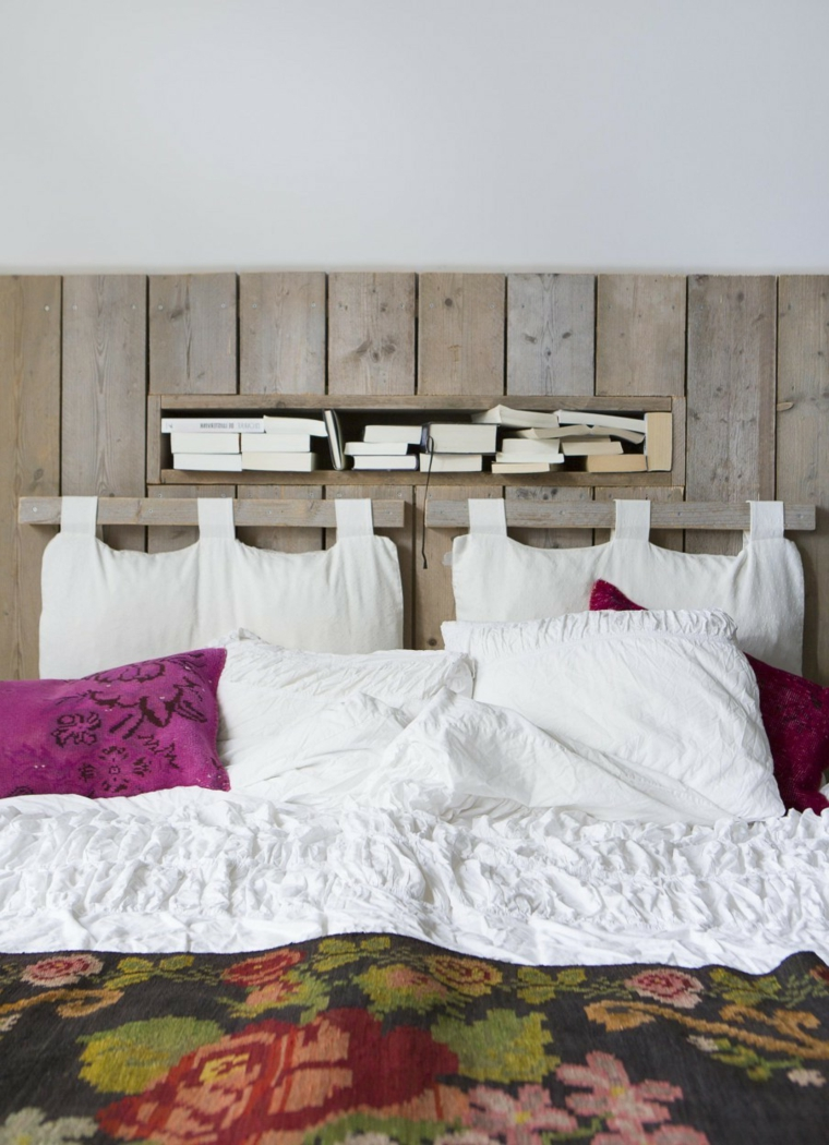 Spalliera letto fai da te, testata del letto con cuscini, testata in pallet con mensole