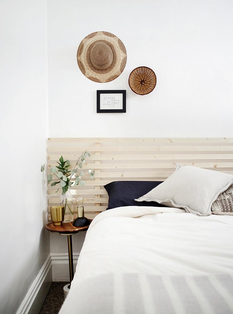 Ringhiera di legno come testata del letto, come fare una testiera, letto con cuscini