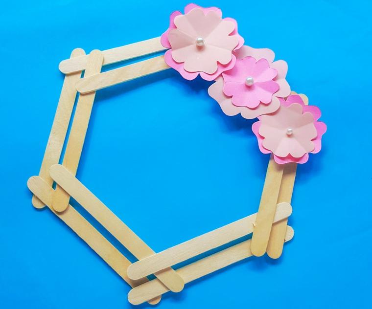 Fai da te con bastoncini di legno, cornice con stecche di gelato e fiori di carta