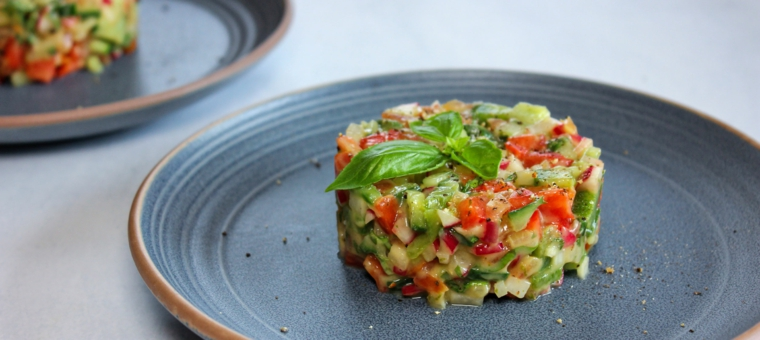 cosa cucinare per cena di sfizioso tartare verdure legumi foglie basilico