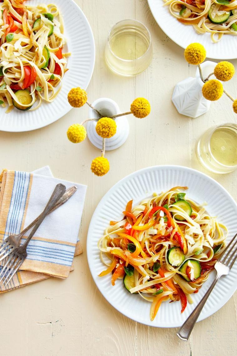 cosa cucino stasera piatto insalata verdure tagliate julienne zucchine carote cetriolo