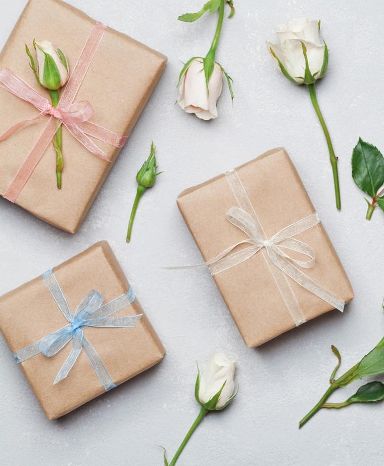 cosa devono regalare i nonni al battesimo scatola regalo incartata nastro azzurro rosa fiori petali