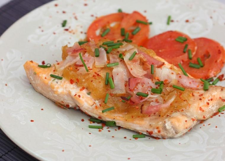 cosa mangiare a cena filetto salmone pomodori fette cipolla verde spezie