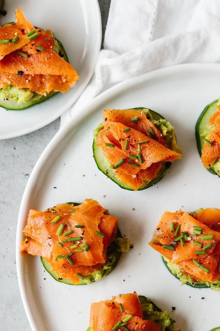 cosa preparare per un apericena rondelle cetriolo salmone affumicato erbette guacamole avocado