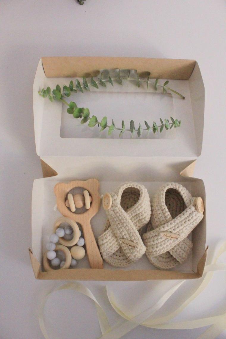 cosa regalare ad un battesimo scatola regali scarpette cuccio giocattoli legno nastro rametti foglie