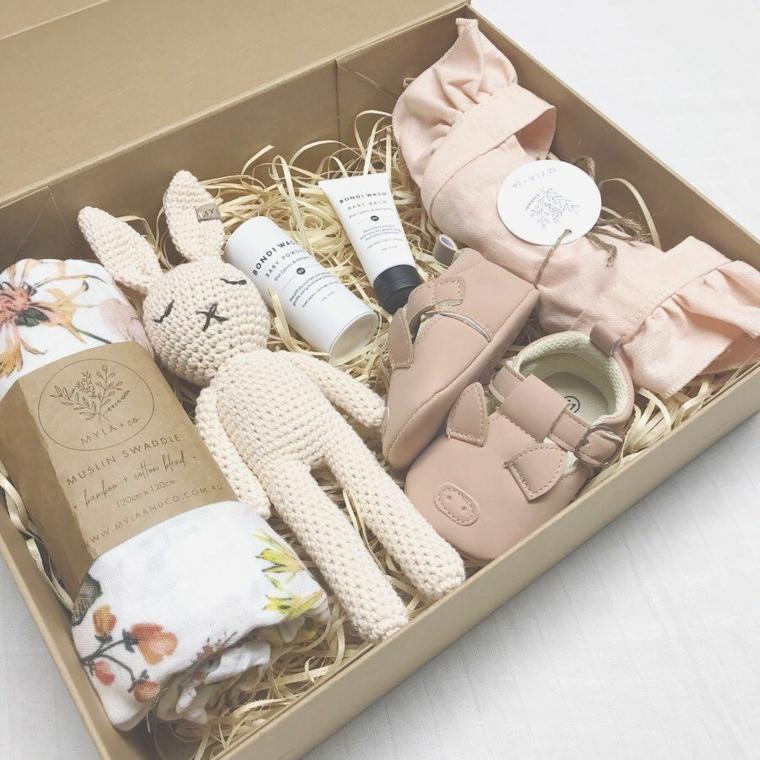 cosa regalare ad un bimbo maschio per il battesimo giocattoli coperta creme scatola scarpette