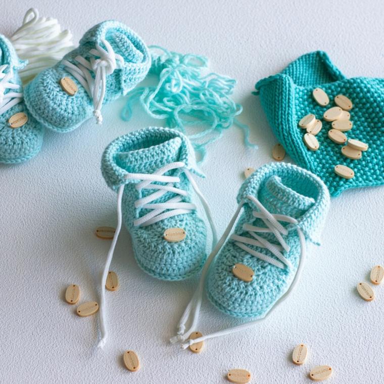 cosa si regala a un battesimo scarpette lana colore zzurro filo bottoni