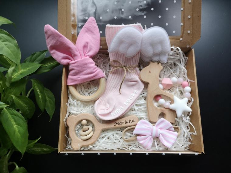 cosa si regala ai padrini di battesimo scatola regalo bimba giocattoli legno calzini