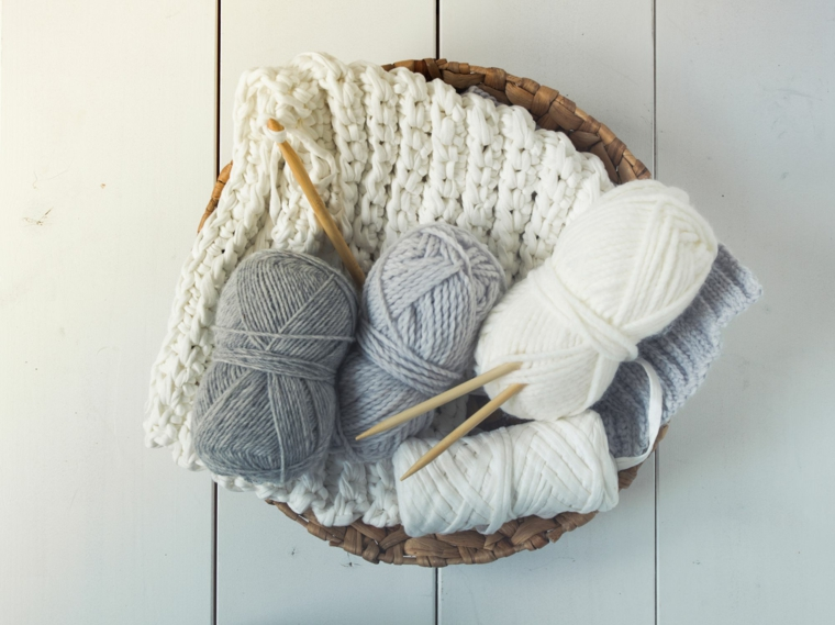 cosa si regala alla madrina del battesimo cesto rotoli lana uncinetto