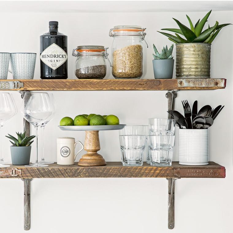 Creare con il legno, mensole di legno sulla parete, mensole con barattoli da cucina