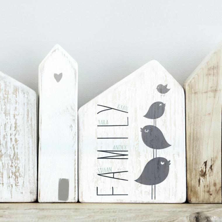 Creare con il legno, pezzi di legno dipinti di bianco e decorati con scritte