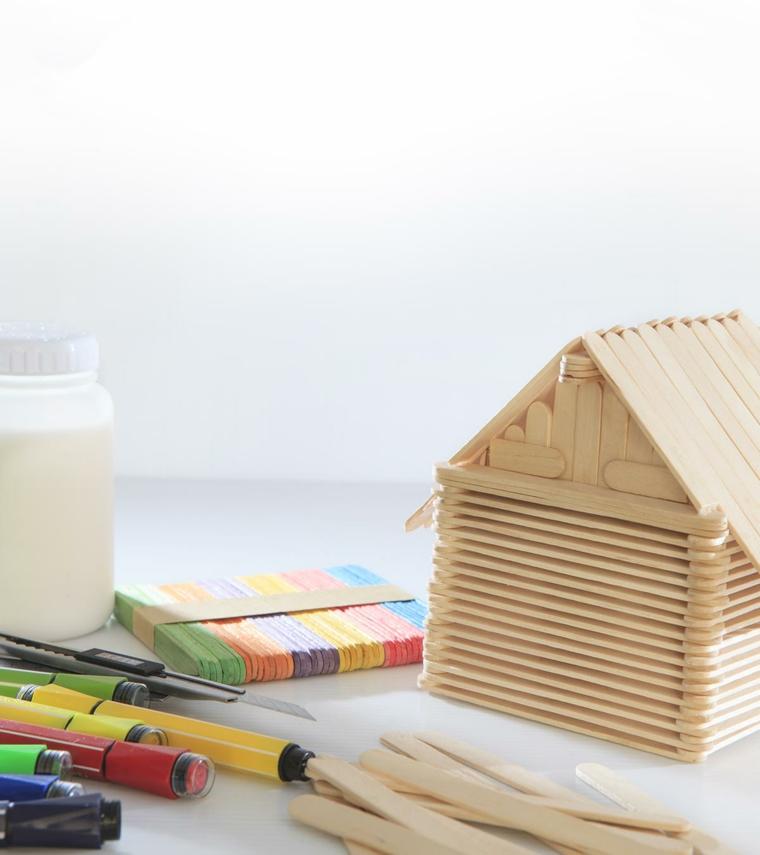 Lavoretti con stecche di gelato, casetta con bastoncini di legno e pennarelli colorati