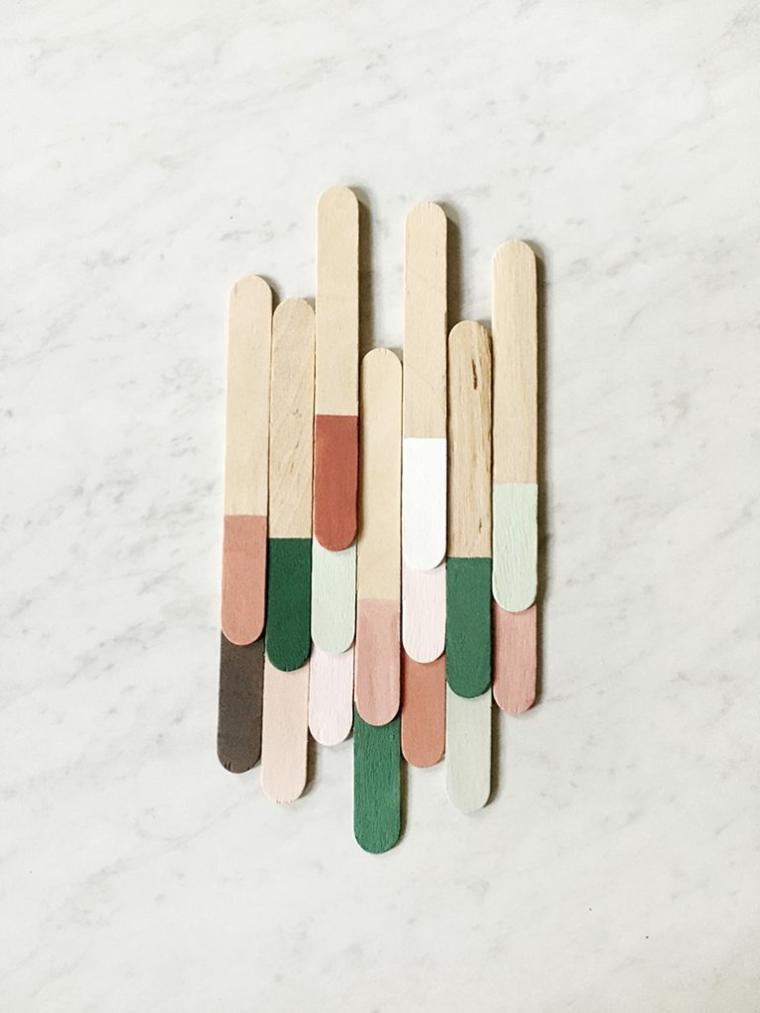 Lavoretti con stecche di gelato, bastoncini di legno dipinti a metà