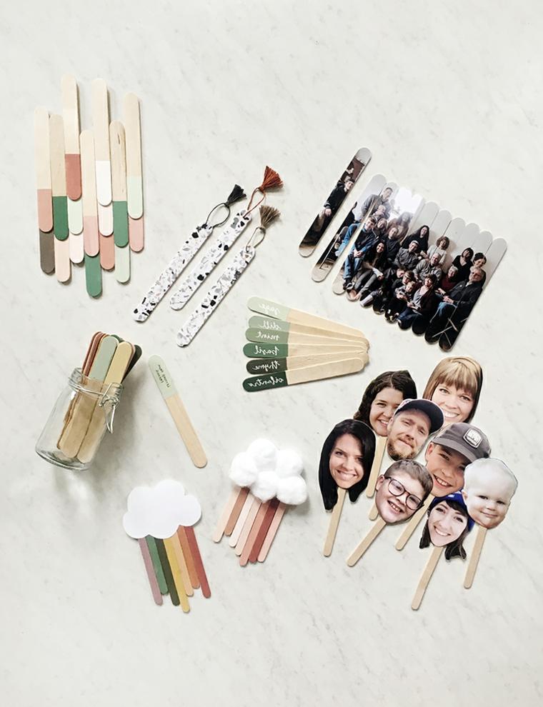 Lavoretti con stecche di gelato, bastoncini di legno dipinti a metà e decorati con foto