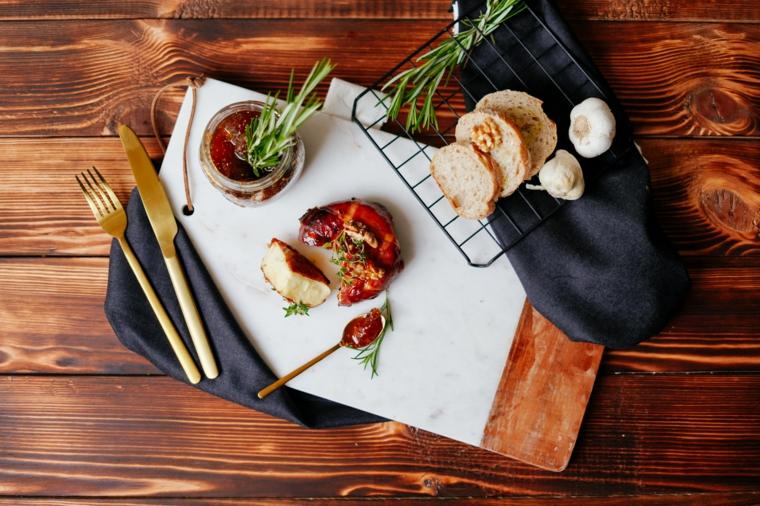 finger food da fare in anticipo formaggio brie prosciutto crudo marmellata fichi rametti rosmarino
