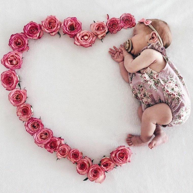 foto bimba fiori cuore rose cosa si regala ai padrini di battesimo set fotografico