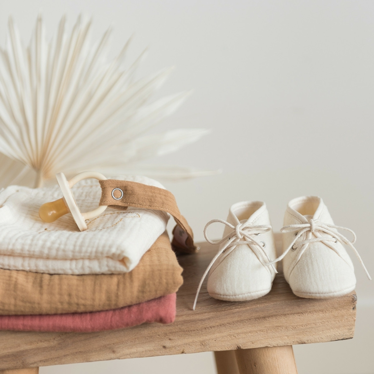 idee originali per regalo battesimo scarpette bimba coperte cucchio portacucchio stoffa