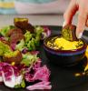 idee per apericena falafel ceci lattuga radicchio salsa gialla piatto